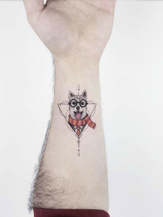 Татуировка с изображением собаки с элементами геометрии.