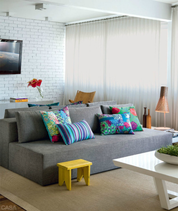 Элегантный серый диван.