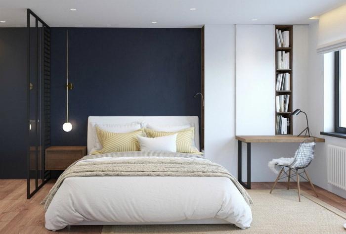 Контрастное окрашивание одной из стен спальни.