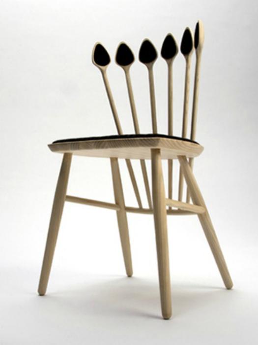 Спинка стула, украшенная обыкновенными ложками из дерева.