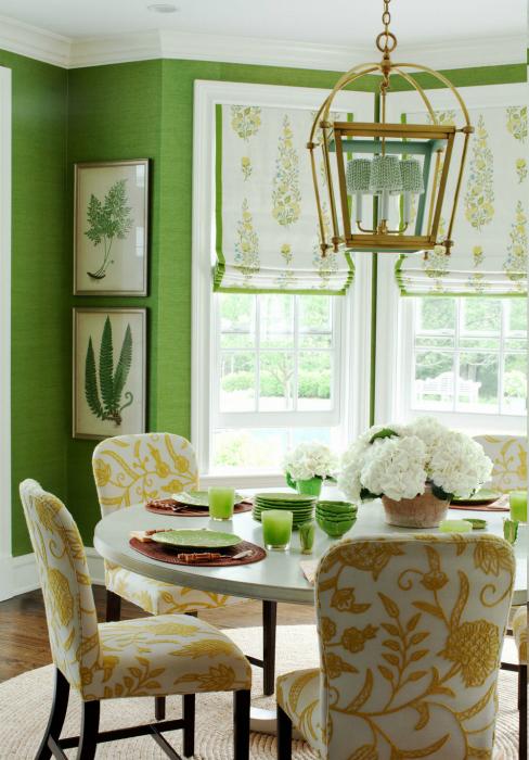 Столовая с сочными зелеными стенами.