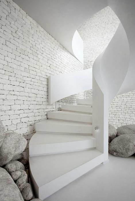 Каменная винтовая лестница.