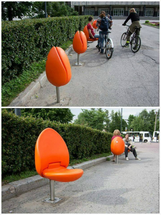 Необычные стулья, которые складываются и превращаются в тюльпаны.