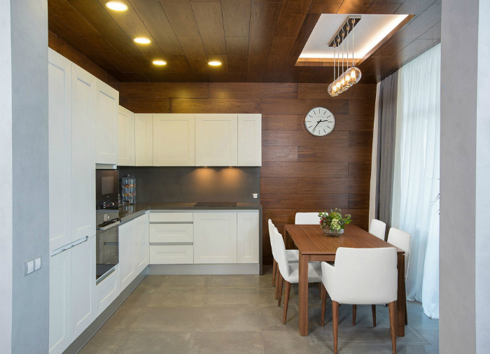 Кухня с деревянными панелями на стенах.