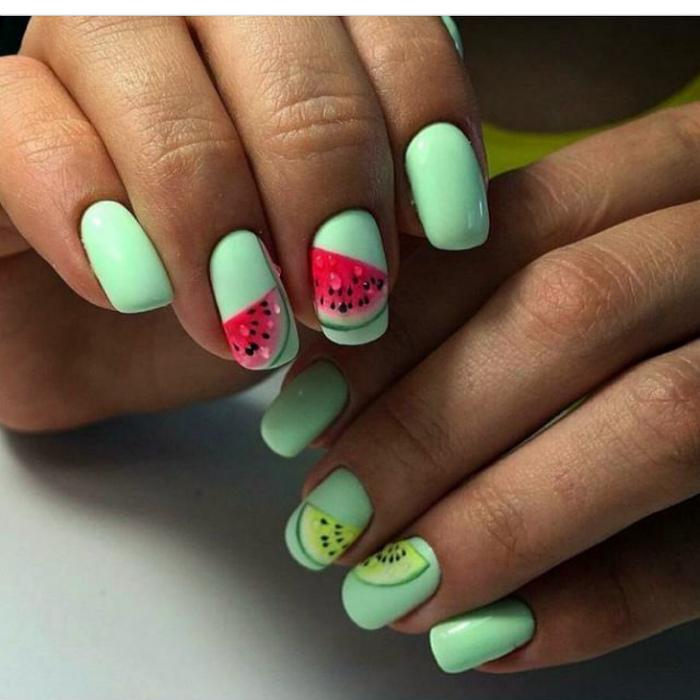 Ментоловые ногти с изображениями арбузов.