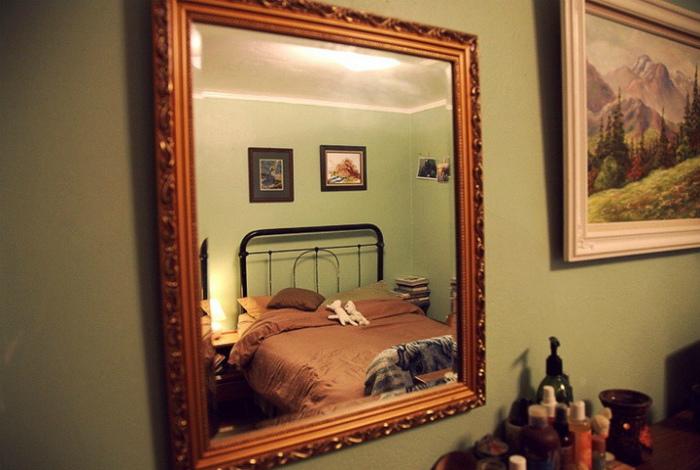 Зеркало в спальне.