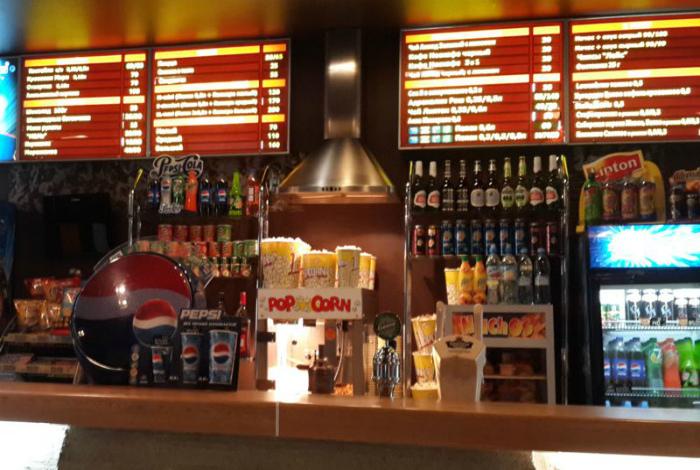 Продукты и напитки из бара кинотеатра. | Фото: potto.s-logotipom.info.
