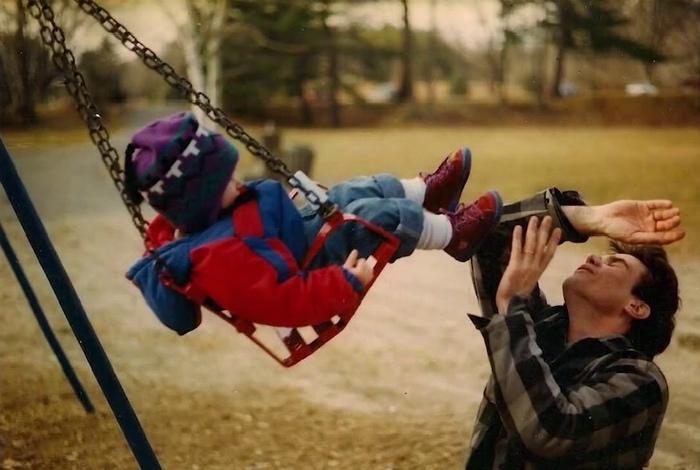 Взрослый мужчина, а как устроены качели, не знает! | Фото: pixmafia.com.