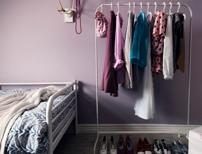 Напольная вешалка в интерьере. | Фото: homeart-shop.kz.