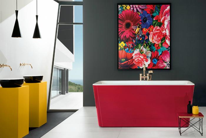 Современная ванная с яркими деталями.
