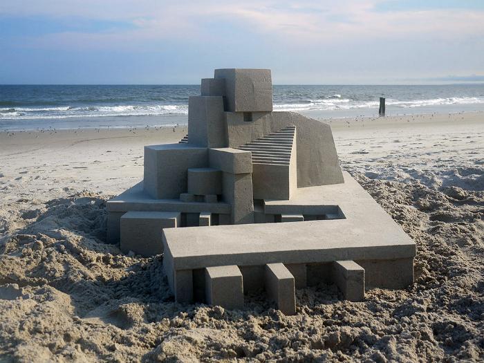 Невероятная конструкция из песка.