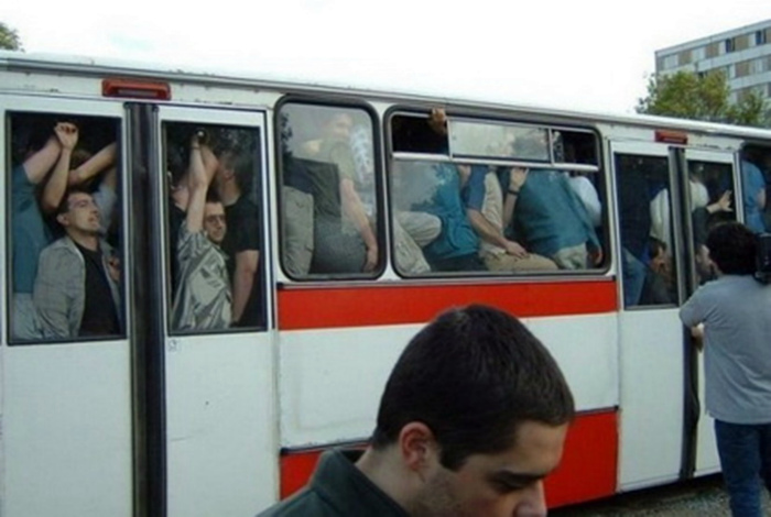 Автобусы сближают людей.