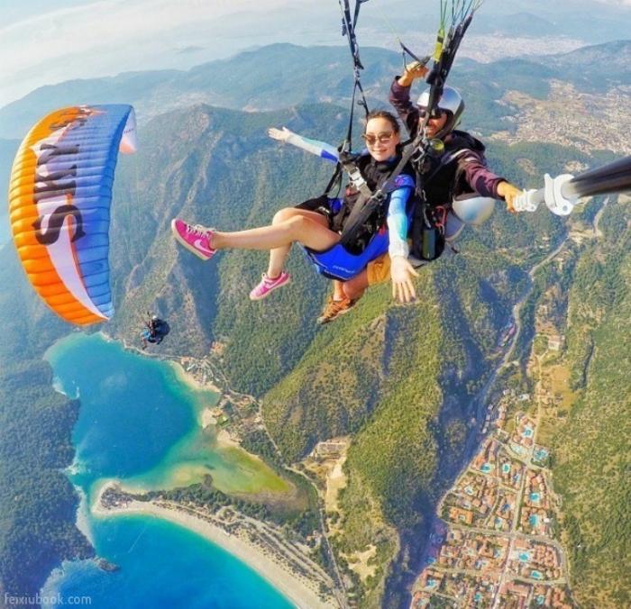 Снимок во время прыжка с парашютом.