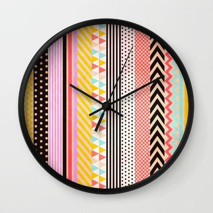 Яркий циферблат часов.