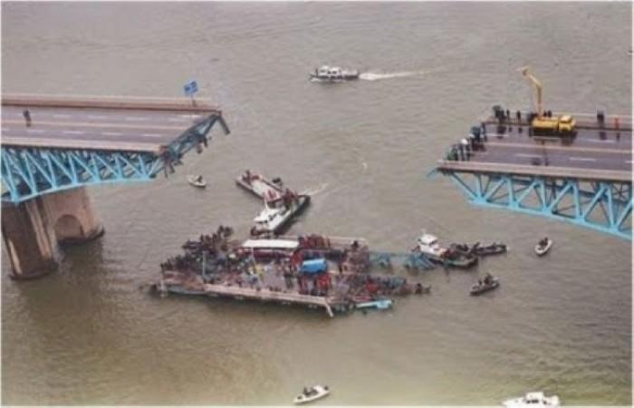 21 октября 1994 года в Сеуле обрушилась часть моста, который незадолго до этого перебывал на ремонте. С 20-метровой высоту в реку обрушились части моста вместе с автобусами и машинами. Трагедия унесла жизни 32 человек, большая часть которых - дети.
