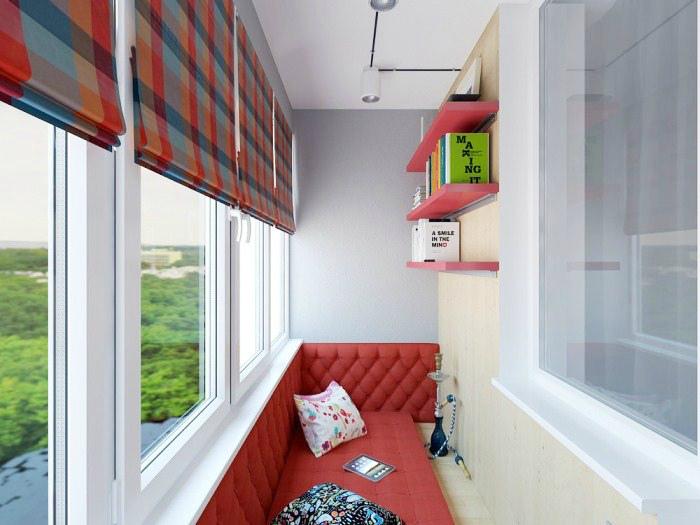Лоджия с большим диваном. | Фото: MoyDomik.net.