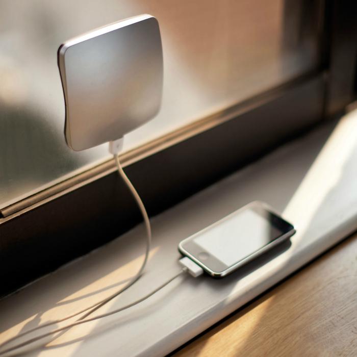 Зарядное устройства, использующее энергию солнца.