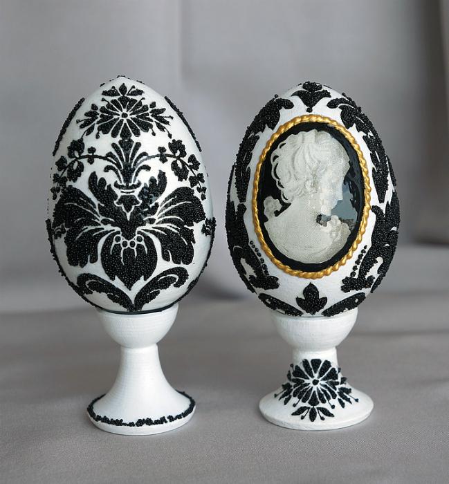 Монохромные узоры на яйцах.