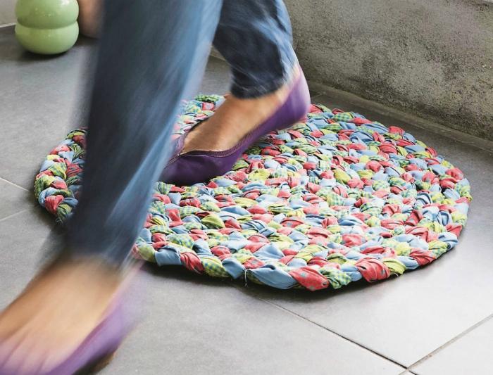Цветастый коврик из лоскутов.