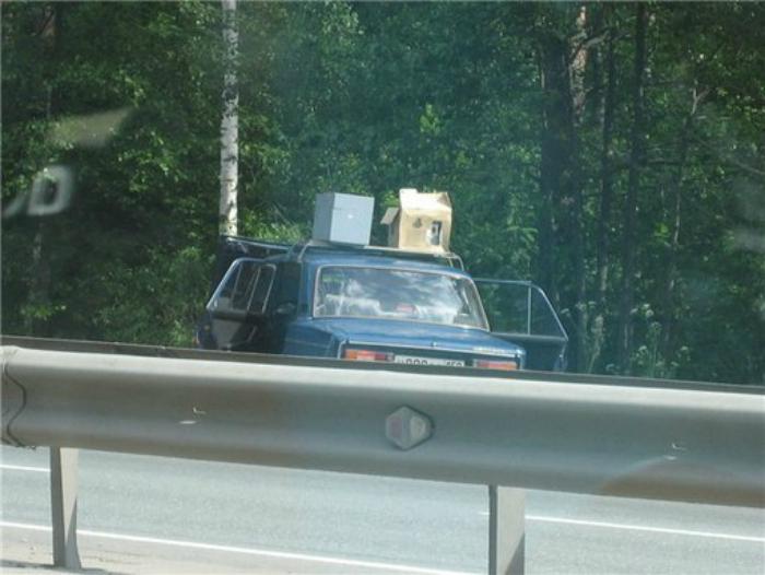 Радар на крыше абсолютно непримечательной машины, припаркованной на обочине.