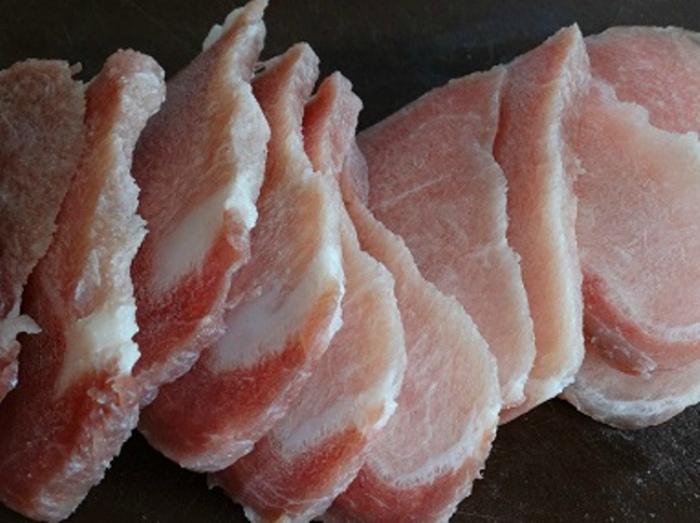Тонко нарезать мясо.