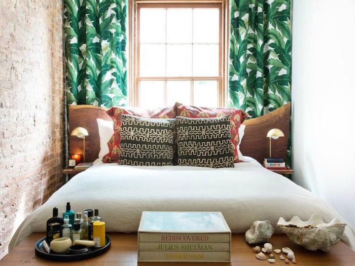 Крошечная спальня с яркими шторами.