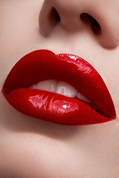 Идеально накрашенные губы алого цвета.