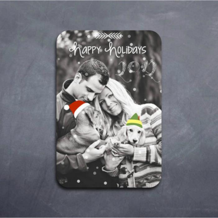 Семейное фото можно превратить в трогательную рождественскую открытку. С помощью простых фоторедакторов можно добавить на фото новогодние атрибуты и надписи.