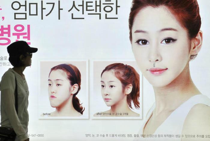 Реклама клиник по пластической хирургии. | Фото: RT.