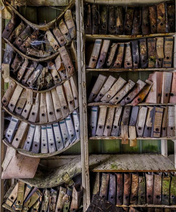 Старый шкаф с забытыми папками.