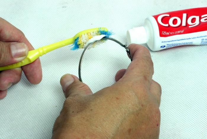 Зубная паста для чистки ювелирных изделий.
