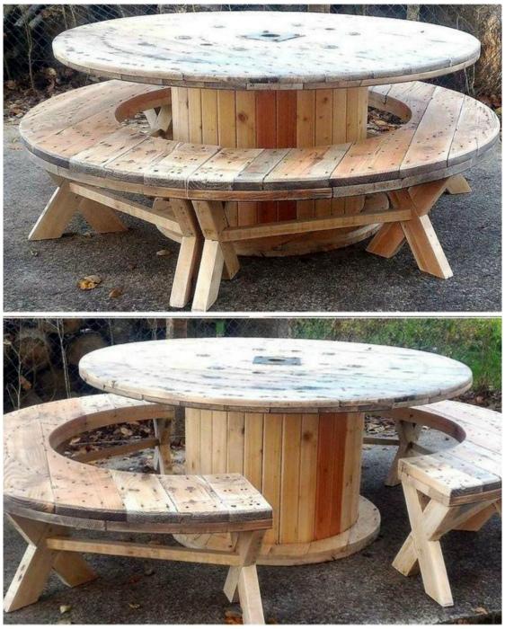 Круглый стол и две скамейки.