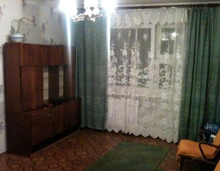 Устаревшие шторы.