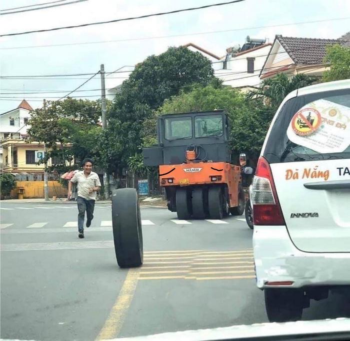 Любишь кататься, так люби и... за колесом бежать... | Фото: Пикабу.