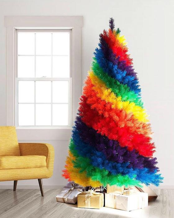 Яркая искусственная елка. | Фото: Pinterest.