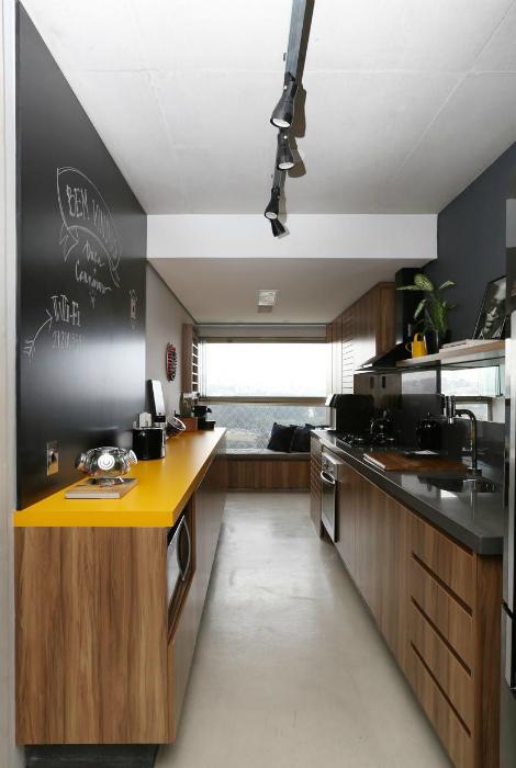 Узкая, но яркая кухня.   Фото: Pinterest.