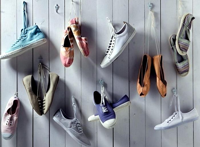 Кроссовки и кеды на крючках. | Фото: Тироз.
