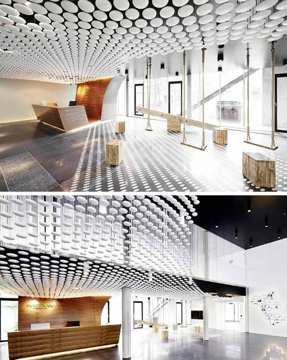 Потолок, декорированный мелкими камешками.