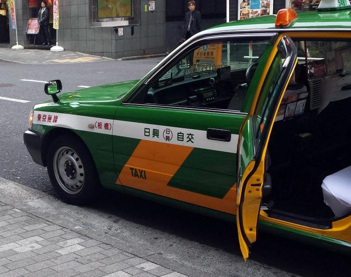 Автоматические двери такси.