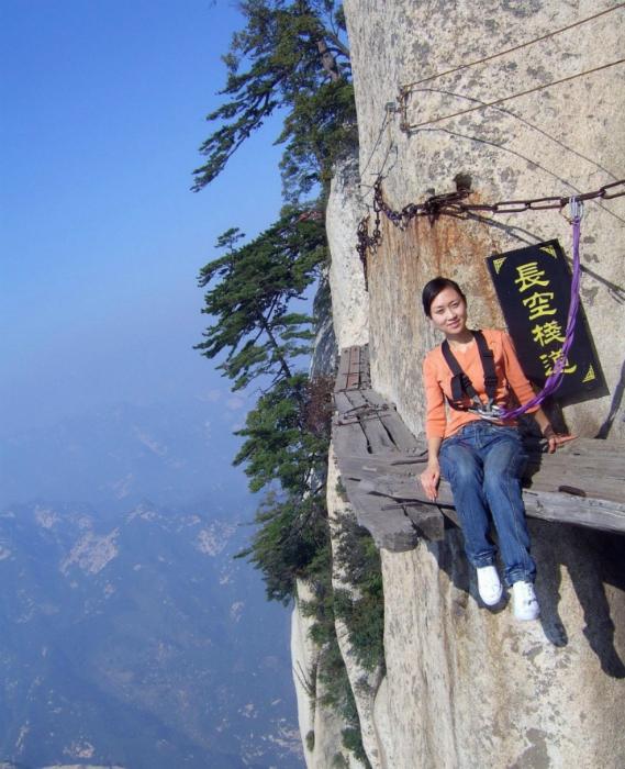Узкая деревянная дорожка над обрывом высотой в 2 160 метров.