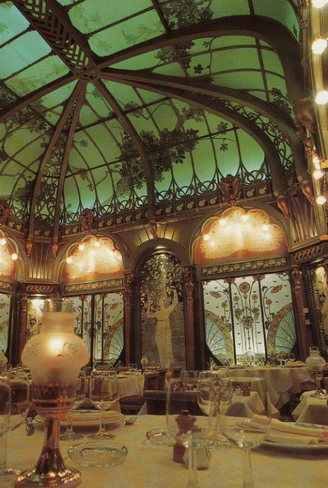 Огромные витражные окна ресторана в Париже.