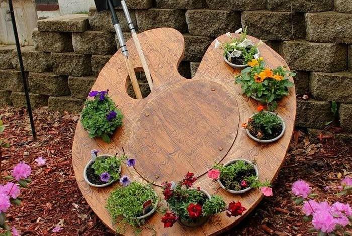 Оригинальная деревянная подставка для цветов.