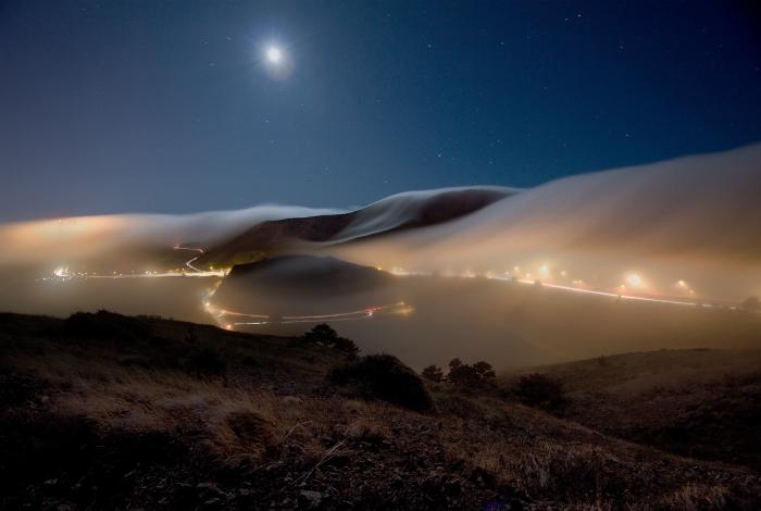 Густой туман над ночным Саусалито, США.
