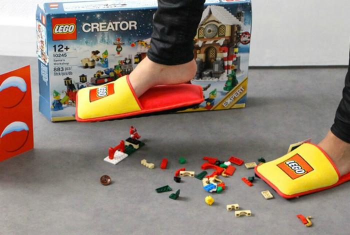 Комнатные тапки от компании Лего, которые безболезненно соберут разбросанный конструктор на подошву.