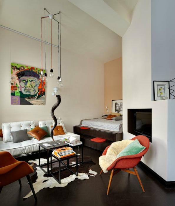 Асимметричная гостиная с ярким дизайном.