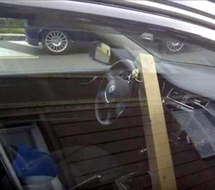 Заблокировал руль.