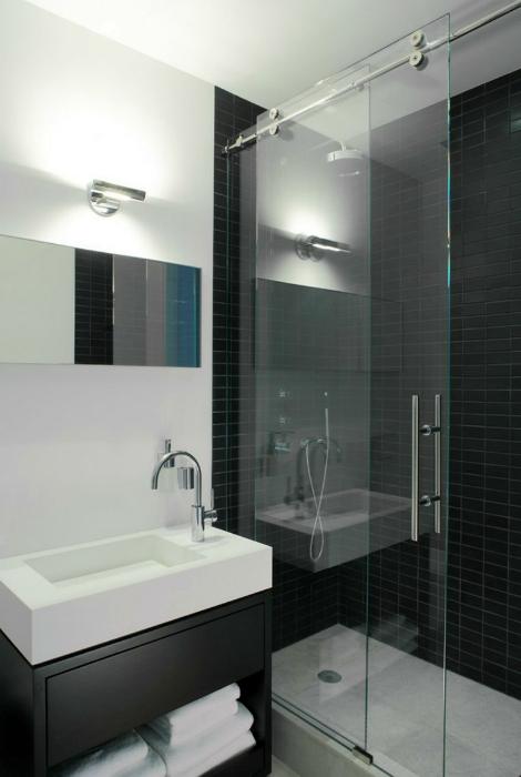 Раздвижная стеклянная шторка для ванны.