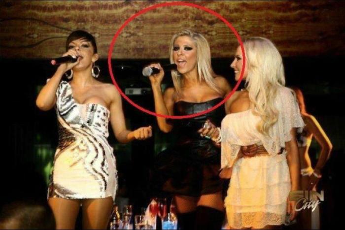 Эта блондинка все еще не разобралась, как работает микрофон.