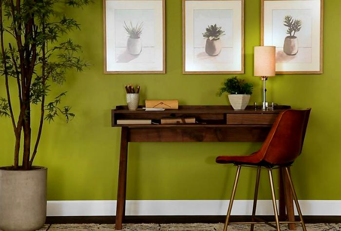 Рабочее место у желто-зеленой стены.