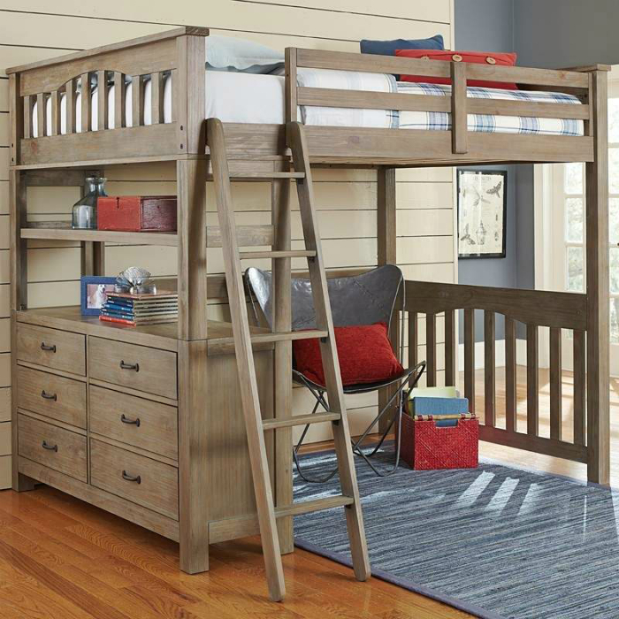 Кровать чердак с комодом и местом для отдыха.